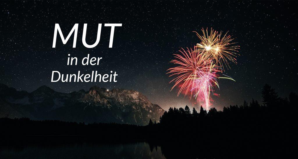 Feuerwerk in nächtlicher Landschaft